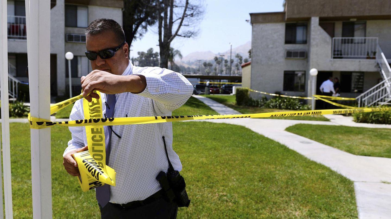 Ein Polizist sperrt den Tatort ab