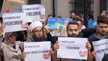 Diese Gruppe muslimischer Demonstranten hat nicht nur für die Kameras von CNN gegen islamistische Anschläge demonstriert