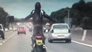 Ein Foto aus der Überwachungskamera der Polizei zeigt den Fahrer beim Wheelie auf der Autobahn
