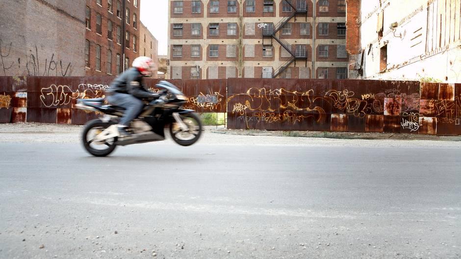"""Ein Motorradfahrer macht einen sogenannten """"Wheelie"""""""