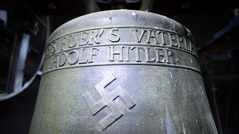 """""""Alles fuer's Vaterland Adolf Hitler"""" steht auf der Glocke der Jakobskirche in Herxheim am Berg"""