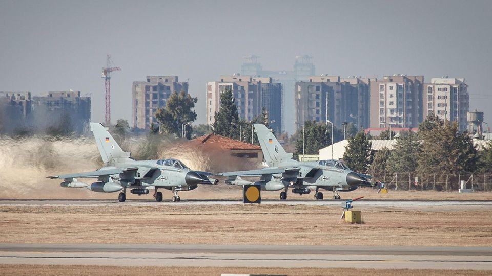 Zwei Recce-Tornados der Luftwaffe der Bundeswehr in Incirlik. Nach monatelangem Streit mit der Türkei hatte Außenminister Sigmar Gabriel den Abzug der Bundeswehr von demLuftwaffenstützpunkt nahe der syrischen Grenze angekündigt.