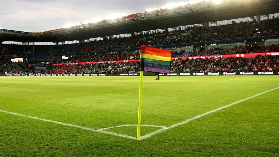 Der dänische Fußball bekennt Farbe: Eine Regenbogen-Eckfahne im Kopenhagener Bröndby-Stadion.