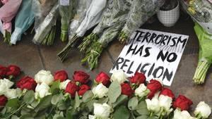 Am Anschlagsort in London haben Trauernde Schilder und Blumen niedergelegt