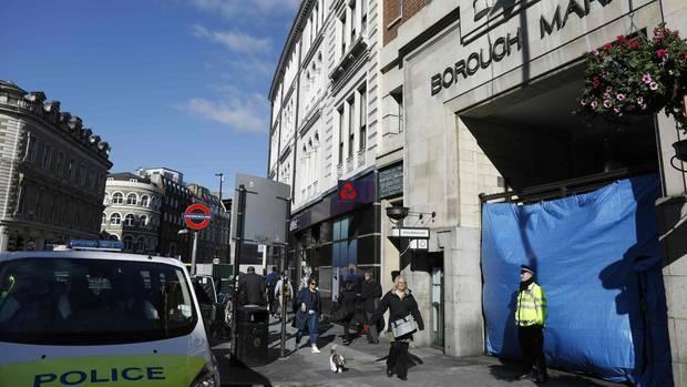 Ein Polizist steht vor einem Eingang zum Londoner Borough Market