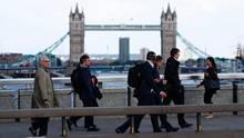 Passanten vor der London Bridge