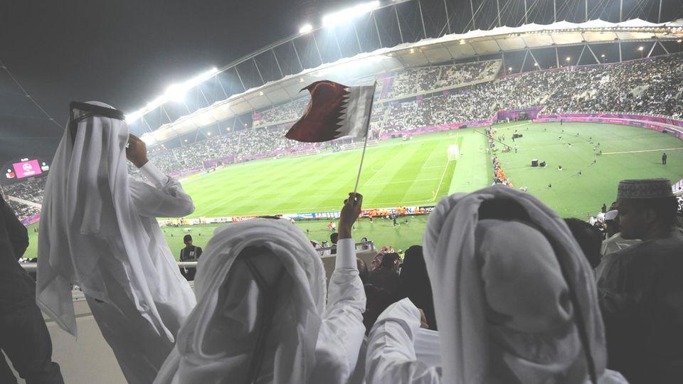 Fans der Fußball-Nationalmannschaft von Katar im Khalifa-Stadion in Doha (Archivbild)