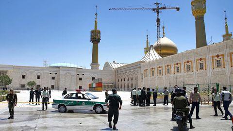 Sicherheitskräfte kontrollieren in Teheran die Umgebung des Mausoleums des verstorbenen Revolutionsführers Ajatollah Khomeini nach der Attacke. Die Terrormiliz Islamischer Staat reklamierte die Angriffe in der iranischen Hauptstadt für sich.