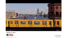 Eine Szene aus dem Video zeigt den Unbekannten auf der Berliner U-Bahn