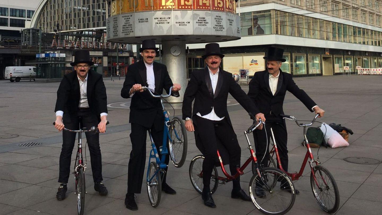 Mit faltbaren Laufrädern zu Ehren des Fahrraderfinders Karl von Drais auf großer Tour: Henning Raske, Joachim Fuhs, Andreas Opitz und Stefan Rueff aus Berlin (v.l.)
