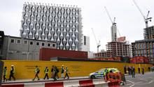 Polizei vor dem Neubau der US-Botschaft in London