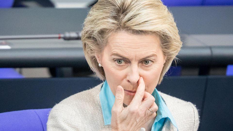 Bundesverteidigungsministerin Ursula von der Leyen sitzt im Bundestag und kratzt sich mit der rechten Hand am linken Nasenflügel