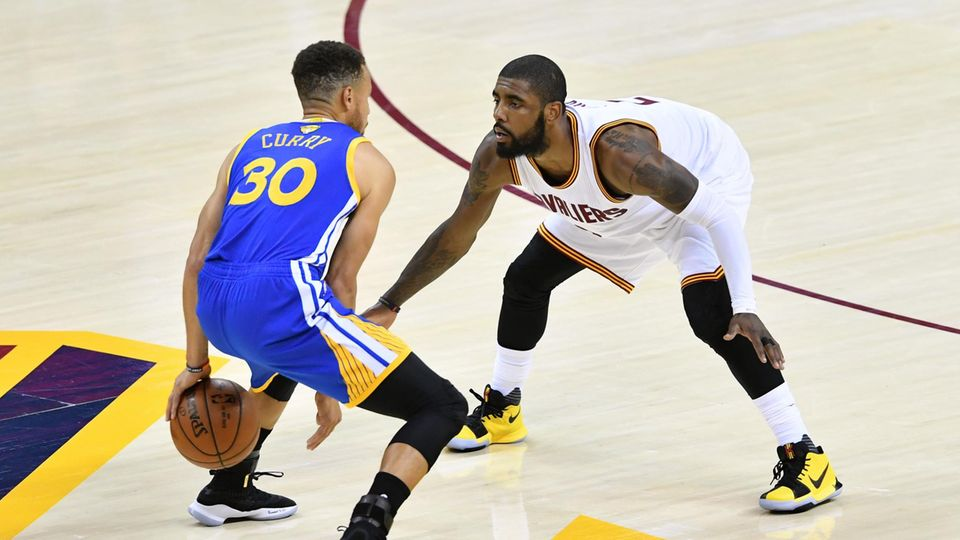 Clevelands Kyrie Irving verteidigt im dritten Spiel der NBA-Finals gegen Golden State Warriors-Superstar Stephen Curry