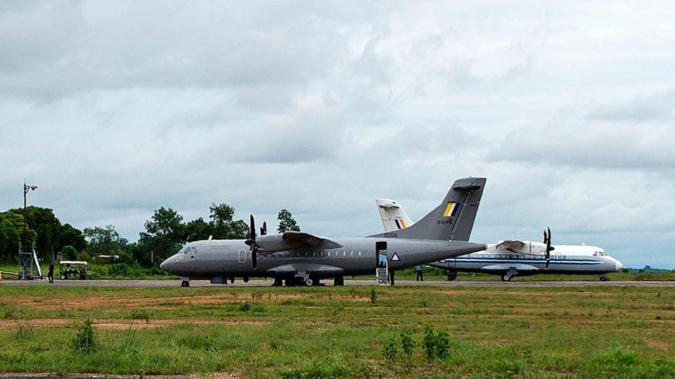 Die Armee Myanmars suchte mit drei Militärflugzeugen (l.) nach der vermissten Maschine