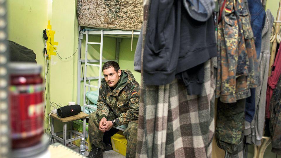 Soldat Thomas Sellbeck, 25, auf seinem Bett während der Stationierung in Litauen