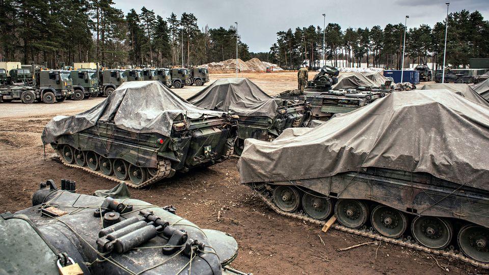 Die Soldaten machen in Litauen, was sie am Heimatstandort auch machen: Sie pflegen ihre Panzer …