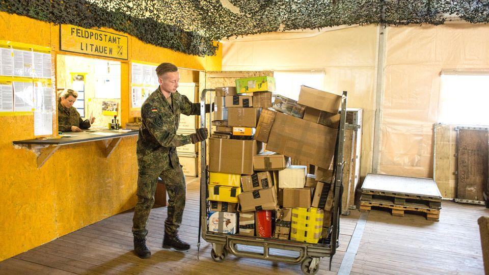 Ein Soldat holt die Feldpost ab. Manche bekommen Schokolade von Mama geschickt, andere bestellen sich neue Laufschuhe im Internet