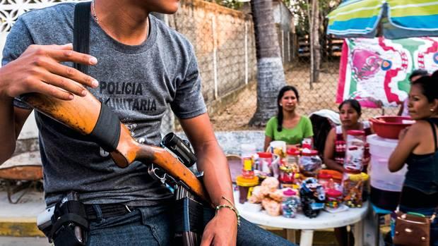 """Die """"policía comunitaria"""" bewacht Feste und Fußballturniere im Ort – ihre Präsenz wird von allen Einwohnern akzeptiert"""