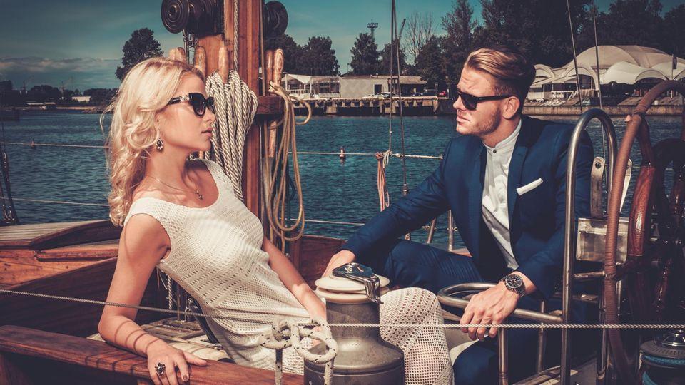 Reiches Paar auf Yacht