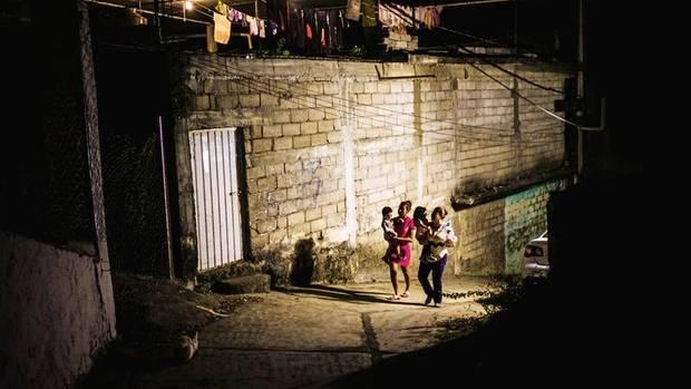 Kindermädchen Rosita (l.) sollte im Auftrag der Mafia ihre Schützlinge entführen. Jetzt darf sie nur in Begleitung das Haus verlassen