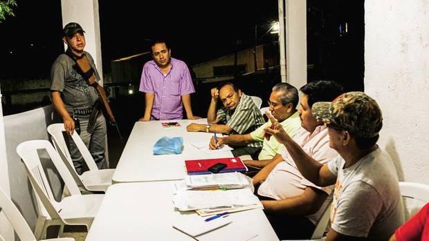 Der Ingenieur Álvaro (links hinten) steht als Richter dem Bürgerrat vor. Beschuldigte müssen sich hier selbst verteidigen
