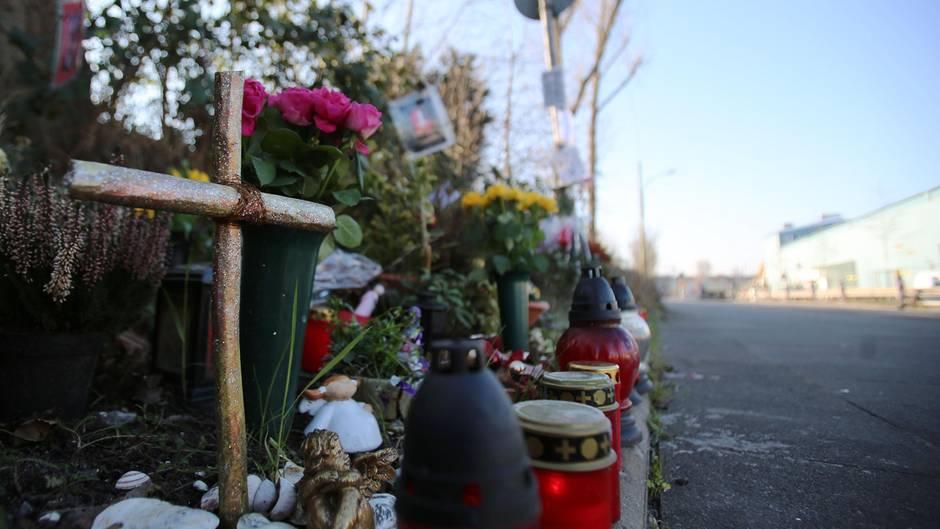 Ein Kreuz erinnert im Februar 2016 am Auerweg in Köln an einen durch Raser verursachten tödlichen Unfall einer Radlerin