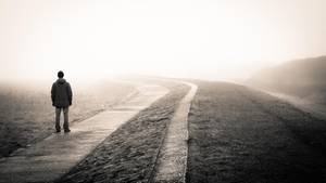 Mann auf nebliger Straße