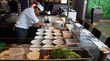 """Die Mitarbeiter des """"Hanami"""" stammen aus den Philippinen und Bali. Das ist Tim Raue besonders wichtig.""""Ich wollte keinen einzigen Weißen in der Küche haben"""", sagt Raue. """"Die Jungs und Mädels haben ein asiatisches Geschmacksempfinden, genau das, was wir hier haben wollen."""""""