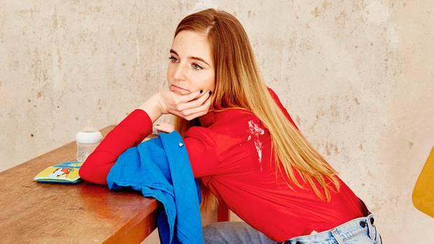 Anja Buwert nachdenklich an einem Tisch