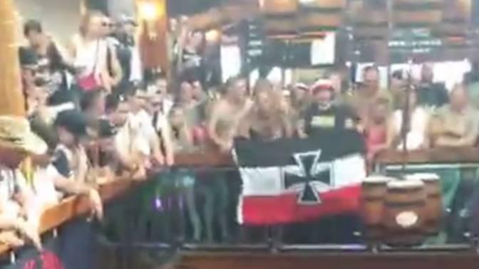 Die Nazi-Reisegruppe zeigte im Bierkönig auf Mallorca die Reichskriegsflagge