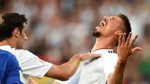 DFB-Stürmer Sandro Wagner jubelt nach einem Tor gegen San Marino zurückgelehnt den Himmel an