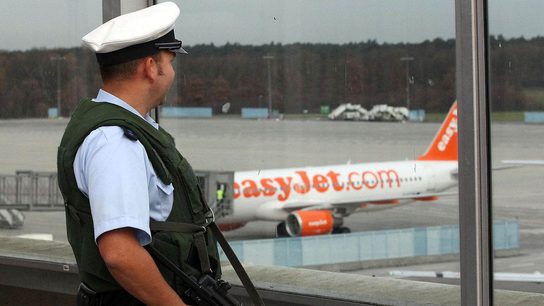 Ein Bundespolizist am Flughafen Köln-Bonn (Symbolbild)