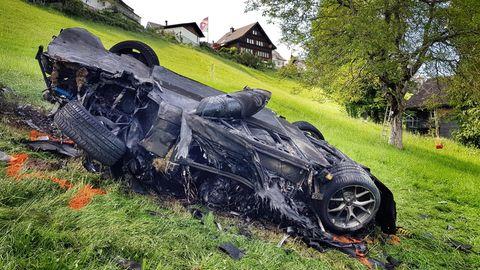 Vom weißen Sportwagen ist nur noch ein schwarzer Klumpen übrig - sein Lenker Richard Hammond blieb nahezu unverletzt