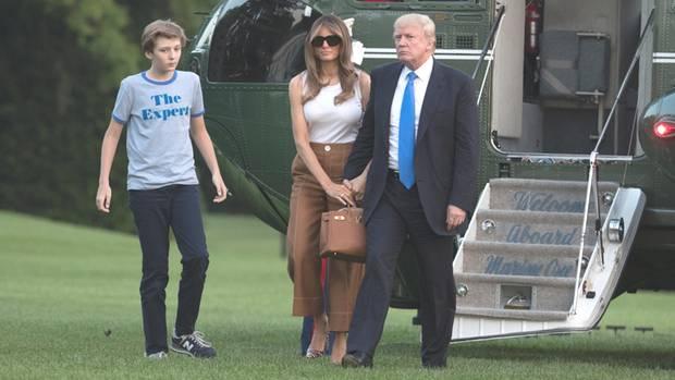 US-Präsident Donald Trump (r.) mit seiner Ehefrau Melania und Sohn Barron