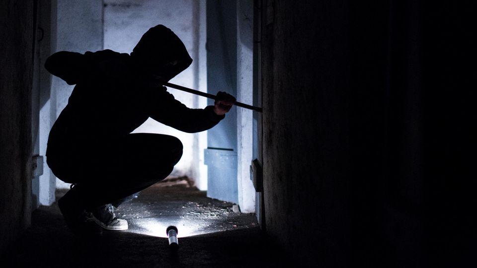 Mangelhafter Einbruchschutz: Ein Täter verschafft sich Zugang zu einem Haus (Symbolbild)