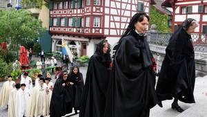 Mehrere Hundert Personen nehmen an einer Fronleichnams-Prozession durch die Altstadt in Luzern teil