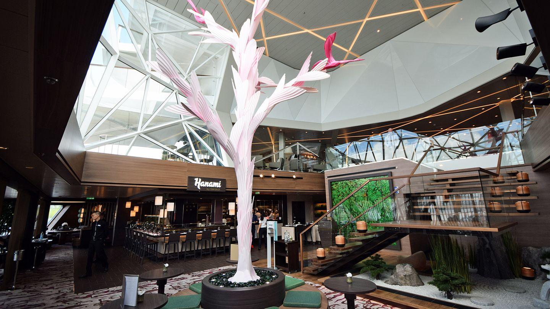 Das Interieur ist puristisch gehalten mit asiatischen Kunstwerken. Der Baum mit Kranichen des britischen Künstlers Richard Sweeney in der Mitte des Raumes ist das Highlight der Raumgestaltung.