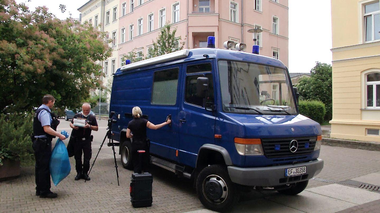 Polizisten stehen vor einer Wohnung in Erfurt (Thüringen), in der ein totes Paar gefunden wurde
