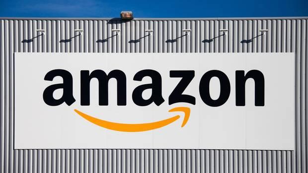 Das Amazon-Logo auf der Wand einer Logistik-Halle in Nordfrankreich