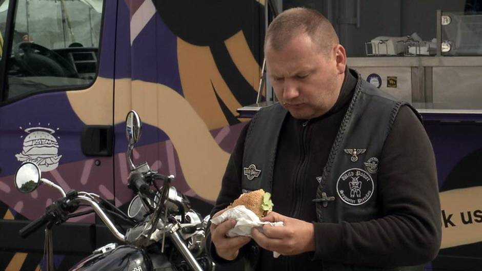 Ein fleischloser Burger in den Händen eines Rockers: Merkt er den Unterschied?