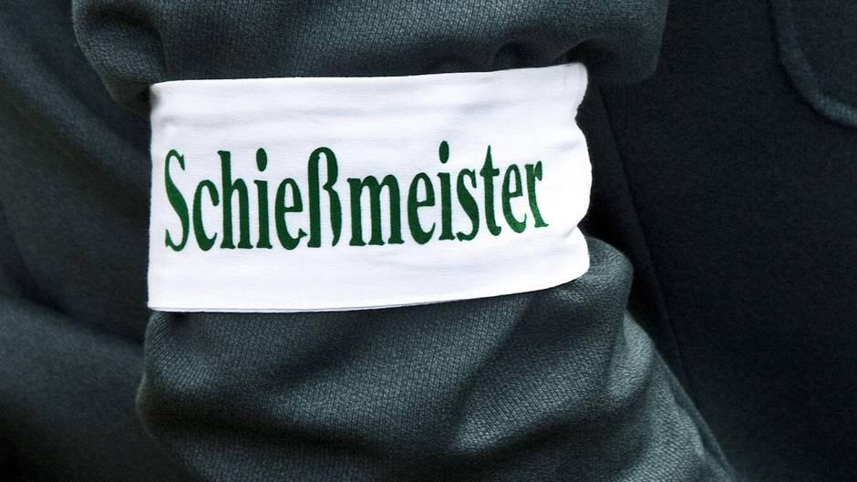 Kurios: Aus Kleidercontainer ragende Beine rufen Polizei in Aachen auf den Plan
