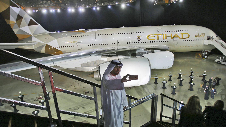 Selfie im Hangar: Zur Flotte von Etihad Airways gehören auch zehn Jets vom Typ A380, die unter anderem auf den Strecken von Abu Dhabi nach London und Paris sowie nach Australien zum Einsatz kommen.