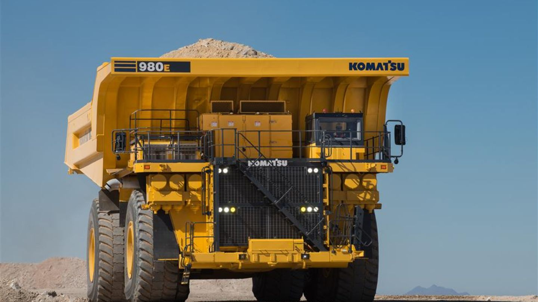 Auf Rang 2 liegt der große Bruder des Sechstplatzierten. Der 980E-4 von Komatsu ist ein wahrer Gigant. Mit über zehn Metern ist er der breiteste Truck in den Top 10. Seine Nutzlast: 369,4 Tonnen.