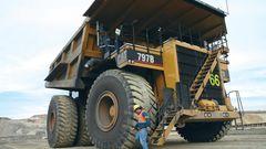 Der dritte Platz geht an den fast 10 Meter breiten Caterpillar 797. Der Monster-Truck bringt ein Einsatzgewicht von knapp 690 Tonnen auf die Waage. Das Ungetüm hat eine Höchstleistung von 4055 Pferdestärken. In seiner Mulde stemmt der Kipper 363 Tonnen Gewicht.