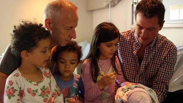 Axel und Jürgen Haase mit ihren Töchtern Jasmin, Anna und Alisha - und dem neuen Nachwuchs.