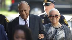 Bill Cosby kommt mit seiner Frau Camille am Gerichtsgebäude in Norristown im US-Bundesstaat Pennsylvania an