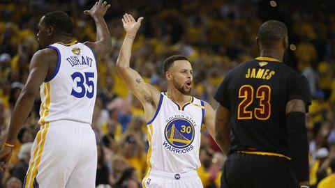 Kevin Durant und Stephen Curry beim NBA-Finale zwischen den Cleveland Cavaliers und den Golden State Warriors