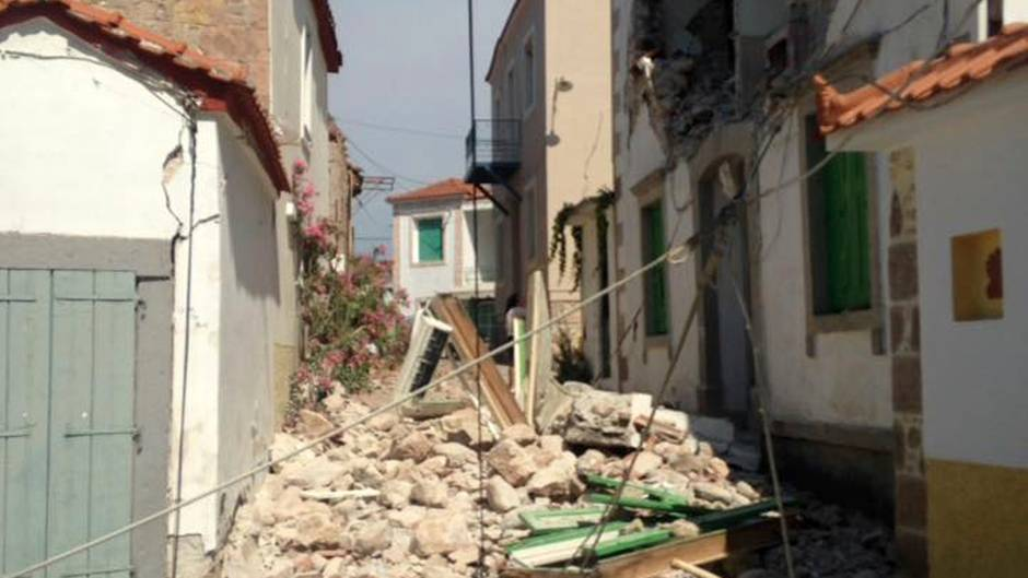 Steine und Schutt liegen in der Kleinstadt Vrisa auf der Insel Lesbos nach dem Tsunami, ausgelöst vom Seebeben in der Ägäis