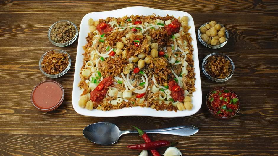 Ägypten hat ein Problem mit Übergewicht: Fettleibigkeit bei Erwachsenen ist nirgendwo auf der Welt weiter verbreitet als hier. Mehr als jeder dritte Erwachsene ist dort laut einer aktuellen Studie stark übergewichtig - mit weitreichenden Folgen für die Gesundheit. Schuld daran sind vor allem die deftigen Leibspeisen der Ägypter - wie Koschari. Es lässt sich am ehesten als eine Art Nudelsalat beschreiben und besteht aus Reis, Linsen, Nudeln, Kichererbsen, Tomatensoße und frittierten Zwiebeln. Gewürzt ist es meist mit Chilis und Knoblauch. Koschari ist reichhaltig, kohlenhydratlastig und vor allem eines: günstig. Eine Portion der sättigenden Mahlzeit gibt es mitunter schon für umgerechnet 30 Cent.