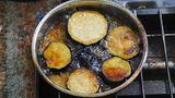 Frittiertes Gemüse  Eine beliebte Art, Gemüse zuzubereiten, ist die Fritteuse. Auberginenscheiben werden in heißem Öl goldgelb gebraten und dienen im Anschluss als Basis für einen herzhaften Salat. Auch Pommes sind in Ägypten beliebt, nahrhaft und günstig in der Herstellung. Durch die Zubereitung werden die eigentlich gesunden Nahrungsmittel zu wahren Kalorienbomben.